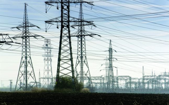 Marii consumatori de energie ameninţă cu plecarea din România, din cauză că Guvernul suprataxează electricitatea