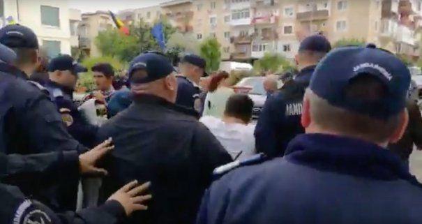 Protestatari anti-Dragnea, băgați la dubă de Jandarmerie. Scandal la Topoloveni