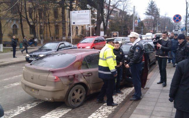 Urmărit de autospeciala Poliţiei, un tânăr a lovit un alt autovehicul şi un stâlp cu maşina pe care o conducea. De ce fugea conducătorul auto de oamenii legii