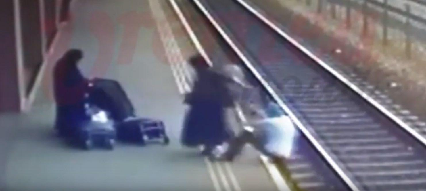 Scene șocante în gară la Vaslui: un bărbat este împins intenționat pe șinele de cale ferată de către o măicuță | VIDEO