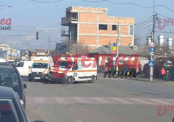 Ambulantã aflatã în misiune, fãcutã praf: echipajul medical, rãnit!! (FOTO)