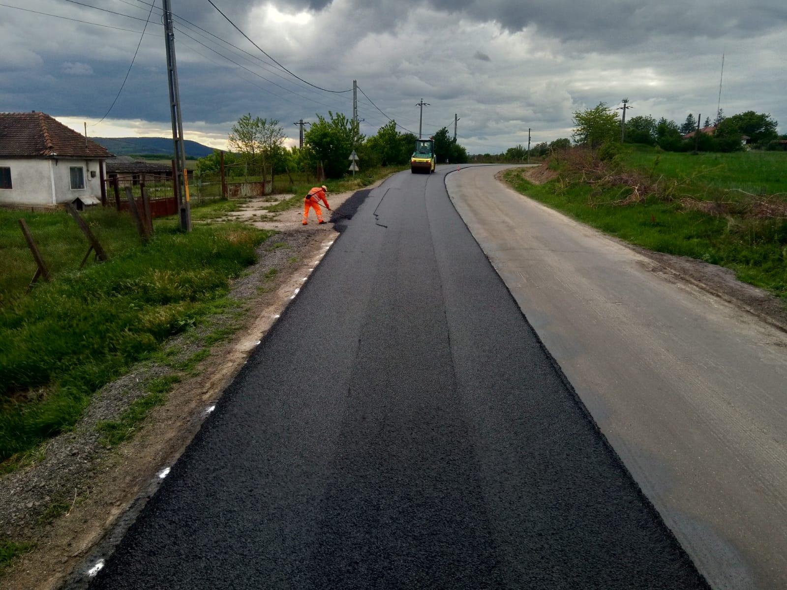 Asfalt nou pe DN 15D, la intrare în orașul Negrești