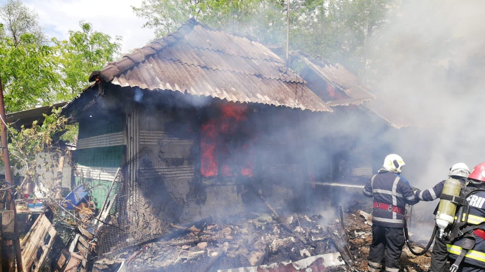 Pericol de explozie la Secuia după ce o casă a fost cuprinsă de flăcări (VIDEO)